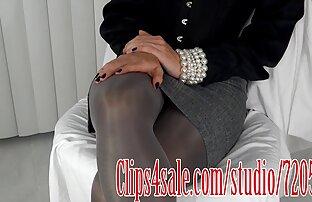 فتاة مع موقع سكس مع حيوانات النظارات يستمني على الأريكة